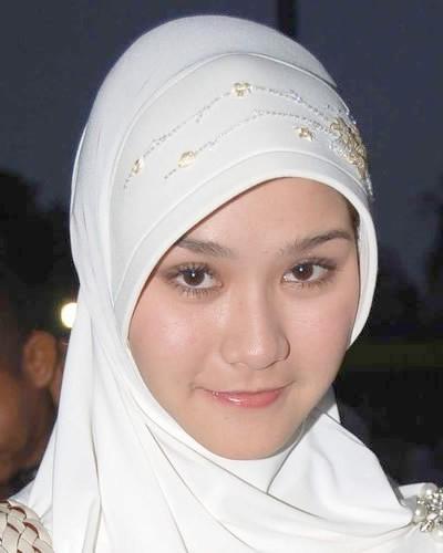 http://syeilendrapramuditya.files.wordpress.com/2008/04/zaskia_adya_mecca.jpg