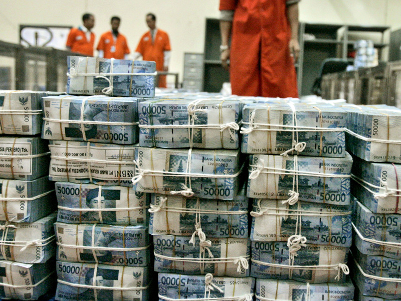 Bundel2 uang rupiah yang baru di-print dan siap diedarkan.