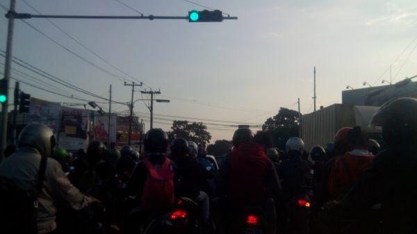 Kondisi lalulintas yang semrawut di suatu sudut kota Bandung pada suatu pagi.