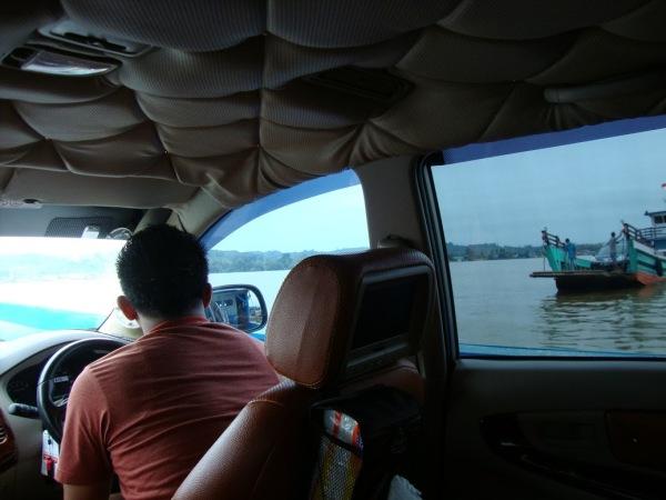 Menyebrangi Sungai Mahakam