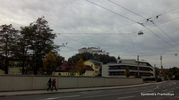Festung Hohensalzburg dilihat dari kejauhan