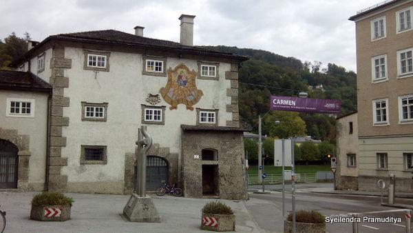 Bangunan kecil yang terlihat sangat tua dan unik