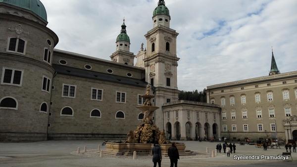 Fountain yang rumit di depan katedral